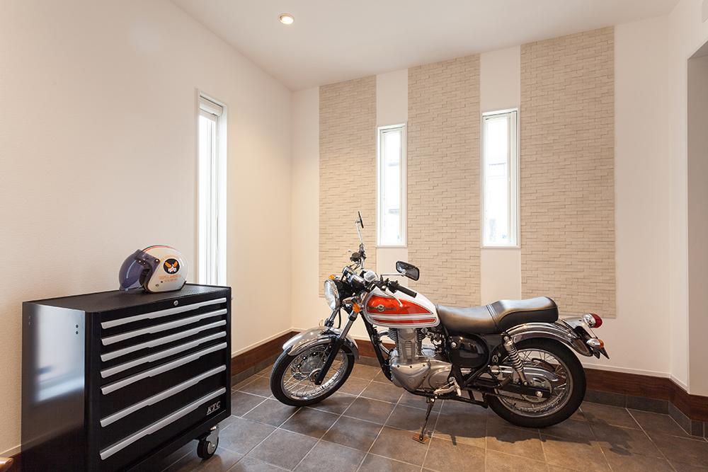 土間にバイクスペースを設けた家