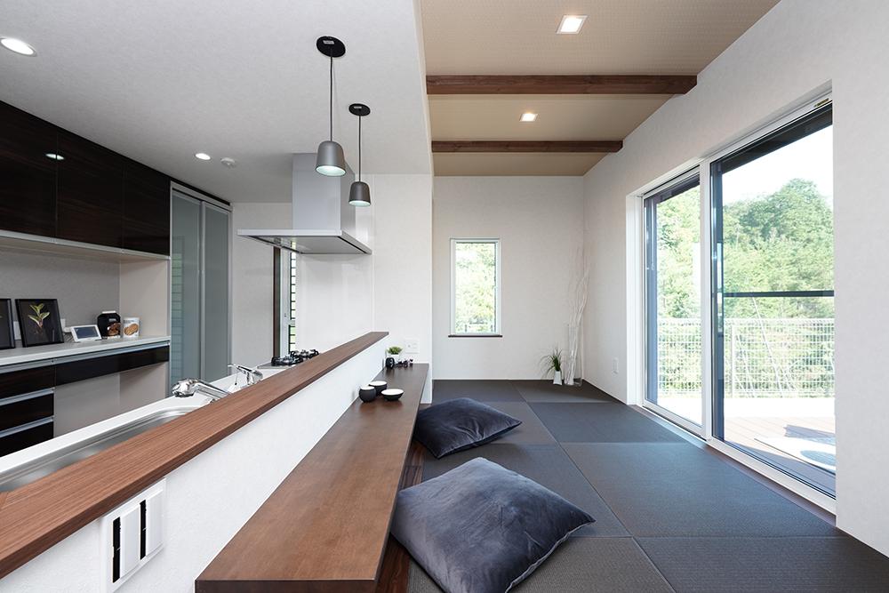 施工事例_大津市関津_ウッドデッキでソトじかんを楽しむ家_小上がり畳コーナー