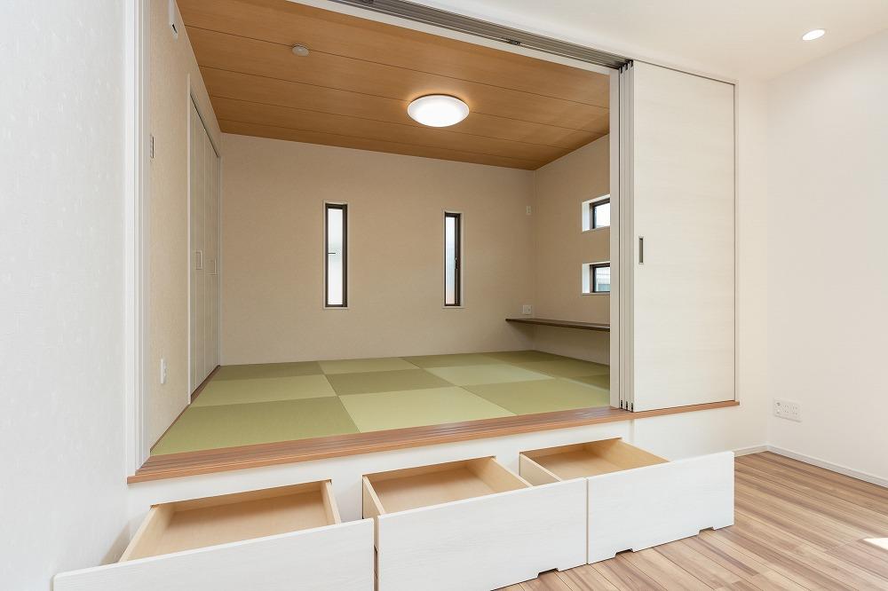 栗東市施工事例_広々リビングのお客様邸_小上がり収納
